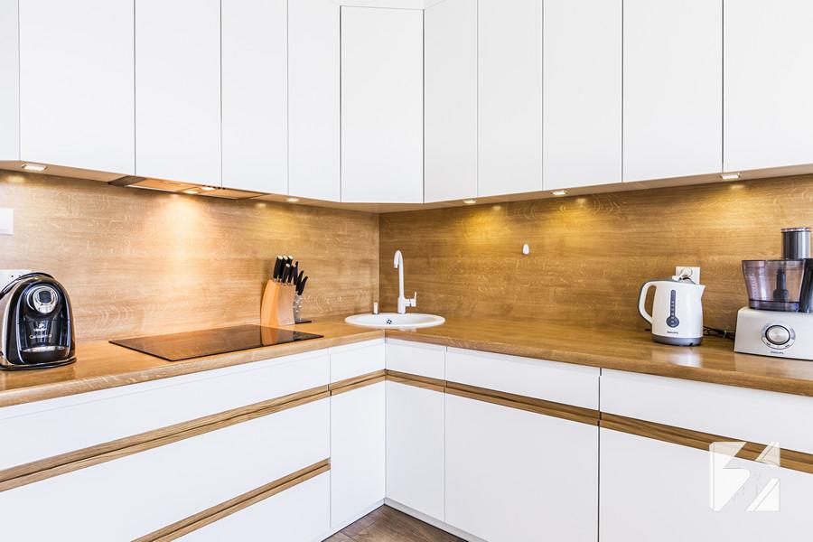 Białe Meble Na Wymiar Do Kuchni Z Elementami W Kolorystyce Drewna