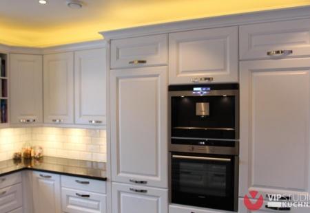 Meble kuchenne Szczecin - Klasyczna kuchnia z białymi drewnianymi frontami od VIP Studio