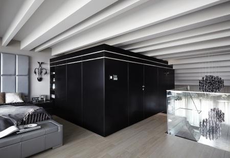 Meble kuchenne lakierowane na czarno w apartamencie typu Black&White