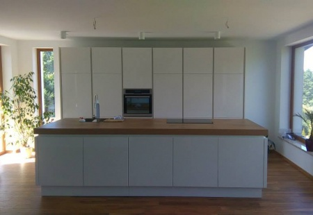 Minimalistyczna biała kuchnia z piękną wyspą od Studio ONYX