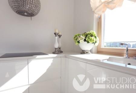 Meble kuchenne Szczecin - Nowoczesna biała kuchnia z lakierowanymi frontami od VIP Studio