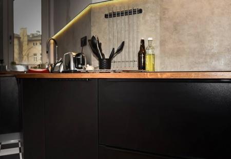 Czarne meble kuchenne z blatem dębowym od Meble Format Lublin