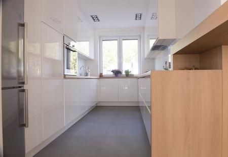 Pomysł na małą wąską kuchnię od Diament kuchnie i wnętrza