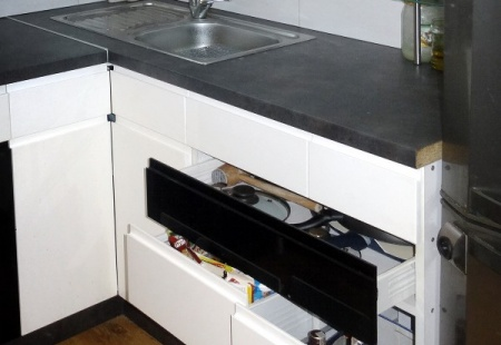 Nowoczesna czarno-biała kuchnia w pełnym połysku