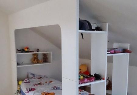 Kąciki w pokoju dziecięcym ze skosami