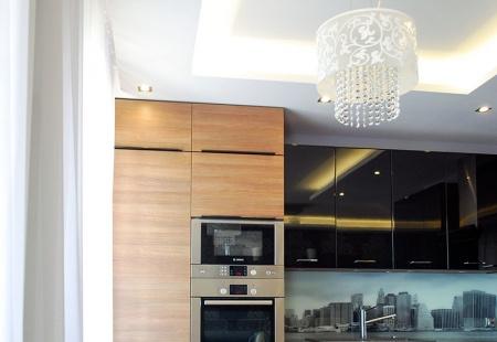 Nowoczesne meble kuchenne z panoramą miasta na szkle wykonana przez Mazur & Obuchowicz