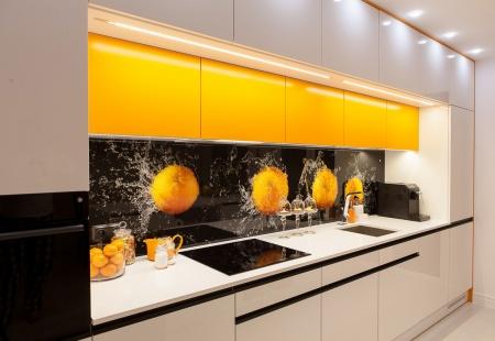 Biel z pomarańczą - Nowoczesna kuchnia z wyspą od MebleMB