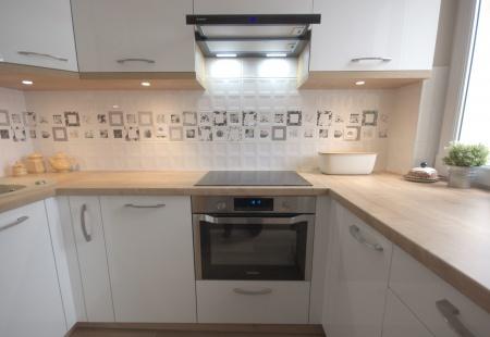 Meble kuchenne na wymiar z białymi frontami akrylowymi.