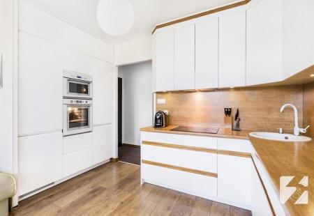 Białe meble na wymiar do kuchni z elementami w kolorystyce drewna od 3TOP Meble