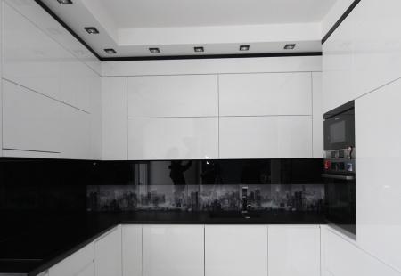 Nowoczesna biała kuchnia z grafiką na szkle od KDR Meble