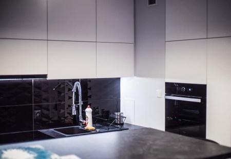Aranżacja wnętrza biało-czarnej kuchni w Bydgoszczy